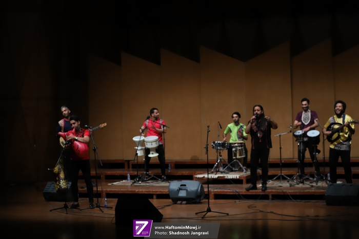 گروه موسیقی آوای موج به سرپرستی محسن آقایی در تالار رودکی روی صحنه رفت